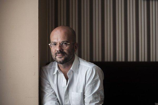 Pavel Zuštiak (1971), choreograf, tanečník. Narodil sa v Košiciach, s tancom začínal v súbore Tremolo, študoval naVysokej škole ekonomickej v Košiciach, neskôr na School for New Dance Development v Amsterdame. Svoje prvé práce prezentoval  aj v Holandsku,
