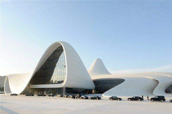 Hlavné mesto Azerbajdžanu sa v posledných rokoch výrazne mení. Stavba Zahy Hadid  tiež púta svetovú pozornosť, no prijíma nielen ovácie, ale i kritiky.