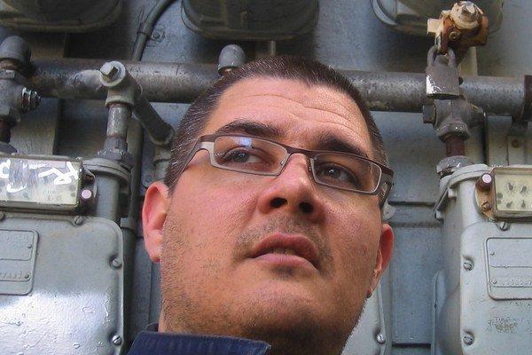 Adam Johnson (47) vyučuje tvorivé písanie na Stanfordovej univerzite. Jeho zbierku poviedok Emporium server Amazon nazval debutom roka 2003, po nej vydal román Parasites Like Us. Syn pán sirôt je jeho treťou, najúspešnejšou knihou.