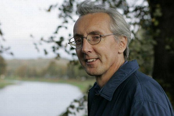 Jan Antonín Pitínský (vlastným menom Zdeněk Petrželka) sa narodil v roku 1955 v Zlíne. Vystriedal množstvo povolaní, od roku 1990 sa venuje výhradne divadelnej réžii, doteraz vytvoril približne sto inscenácií, za mnohé z nich získal najrôznejšie ocenenia.