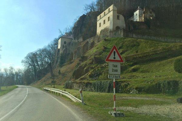 Dopravné značky pod kláštorom v Skalke nad Váhom.