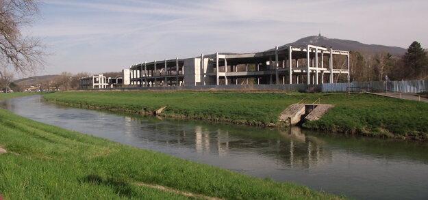 Skelety začali stavať v roku 2007.