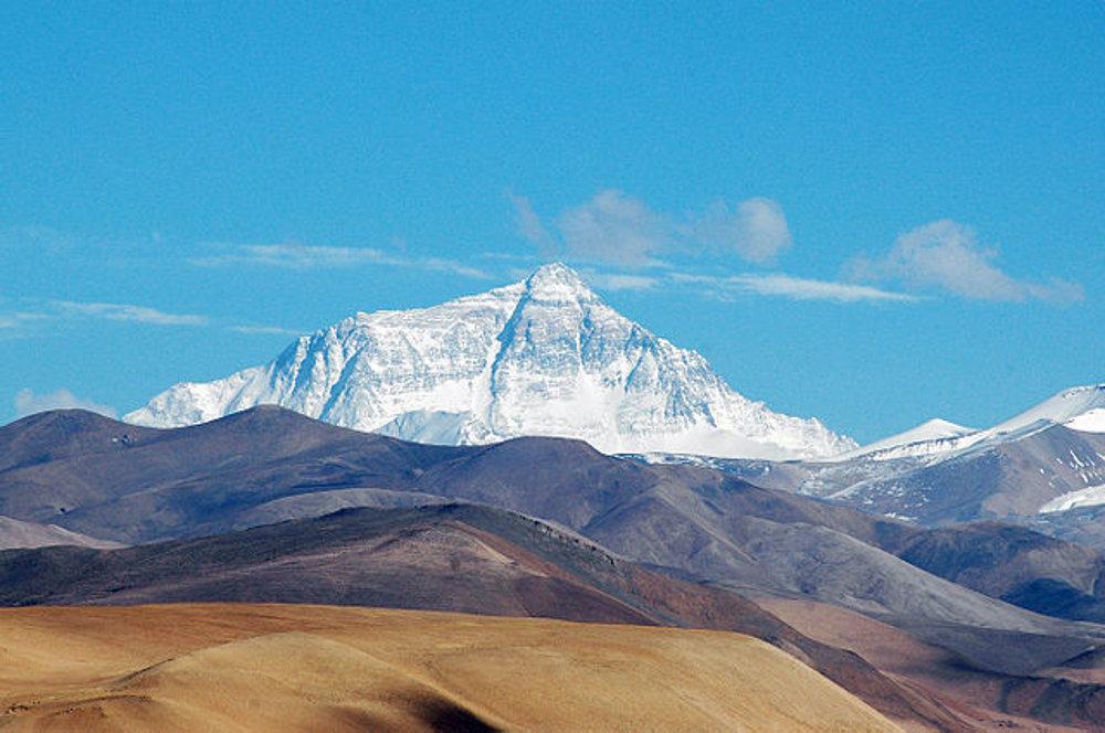 Mount Everest. Pohľad z Tingri na tibetskej plošine, v nadmorskej výške 4.050m metrov nad morom.