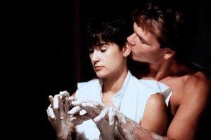 Duch (1990), jeden z najromantickejších filmov dvadsiateho storočia. Viac divákov rozplače len Titanic.