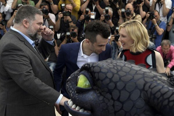 Režisér Dean Deblois,  Jay Baruchel a Cate Blanchett s bábkou draka pred projekciou   Ako si vycvičiť draka 2.