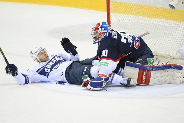 Jeden gól moskovského Dinama strelil aj reprezentant Denis Kokarev (vľavo). Na výhru to však bolo málo.