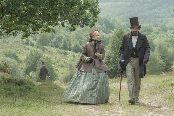 Režisér Ralp Fiennes ako spisovateľ Charles Dickens, jeho milenku hrá Felicity Jonesová.
