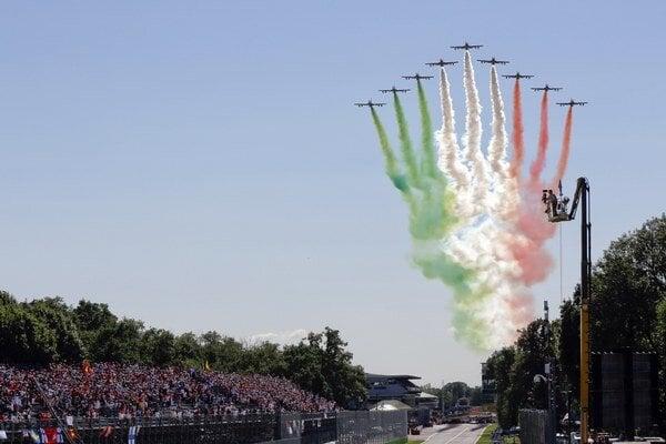 Talianska akrobatická letka Frecce Tricolori letí pred začiatkom Veľkej ceny Talianska na okruhu v Monze 6. septembra 2015.