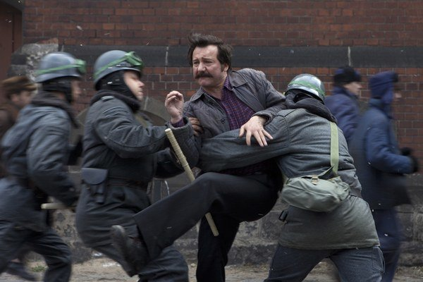 V postave Lecha Walesu ťaží herec Robert Wieckiewicz najmä z vonkajšej podobnosti.