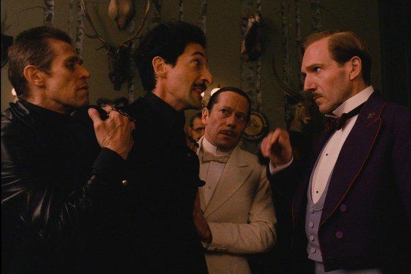 Grandhotel Budapešť: Nahnevaní Willem Dafoe, Adrien Brody a noblesný Ralph Fiennes  bojujú o vzácne dedičstvo.