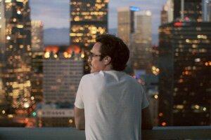 Theodore (Joaquin Phoenix) potrebuje len telefón a slúchadlo do ucha, aby mohol viesť so ženou intímny vzťah.