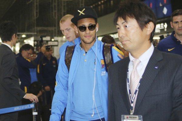 Neymar (v strede) pricestoval s tímom do Japonska, ale pondelňajší tréning vynechal.