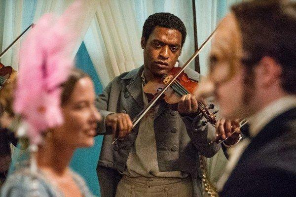 Chiwetel Ejiofor ako Solomon Northup vo víťaznej dráme 12 rokov otrokom.