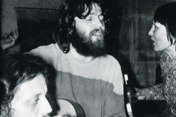 Silvester 1977  oslavoval Miroslav Skalický (v strede) u kapelníka Plastic People Josefa Janíčka. Na snímke s ďalším členom Plastikov  Jiřím Kabešom a Danou Němcovou.