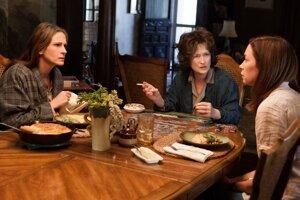 Julia Robertsová, Meryl Streepová a Julianne Nicholsonová vo filme, ktorý vznikol podľa veľmi úspešnej inscenácie.