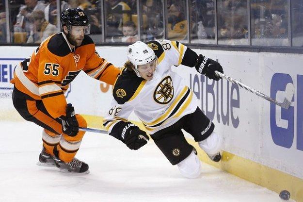 David Pastrňák (vpravo) je veľmi príjemným objavom v tíme Bostonu Bruins.