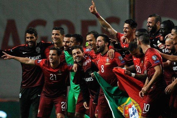 Portugalskí futbalisti oslavujú postup na ME 2016.