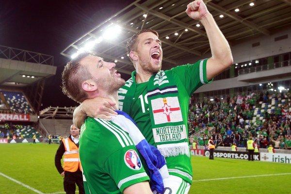 Futbalisti Severného Írska Gareth McAuley a Jamie Ward sa tešia z postupu na ME 2016.