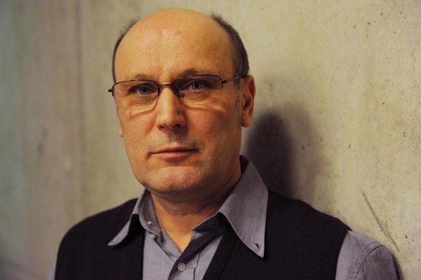 Josef Dabernig. Jeho výstava Textuálna fotografia je v tranzite, Studená 12, Bratislava, 25. októbra – 1. decembra 2013.