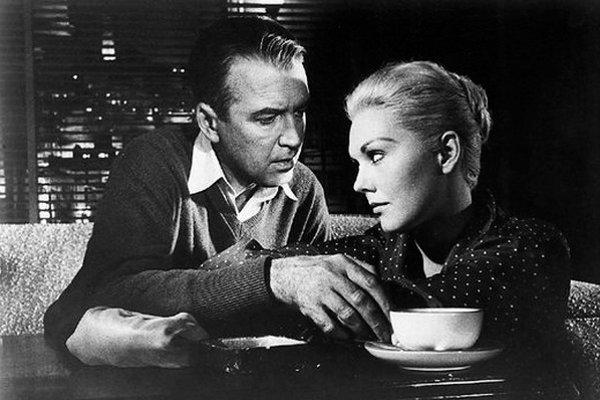 James Stewart a Kim Novak v Hitchcockovom filme Vertigo.