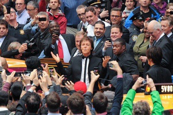 Paul McCartney pred pár dňami prekvapil aj nečakaným koncertom v centre New Yorku, kde zahral niekoľko nových pesničiek.