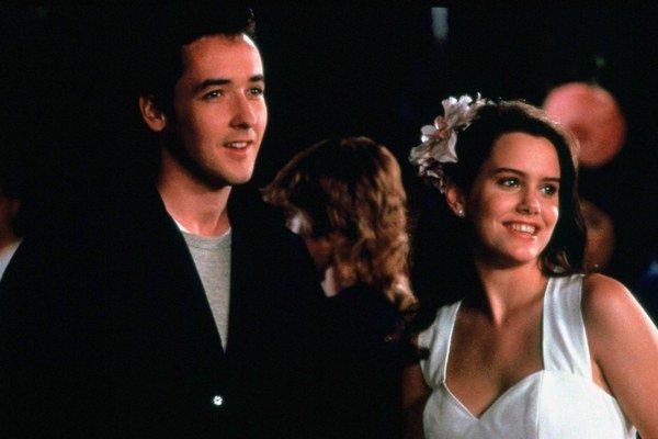 K úspechu melancholickej romance Povedz čokoľvek prispela chlapčenská energia Johna Cusacka. Partnerku mu robila len osemnásťročná dcéra speváka Donovana Ione Skye.