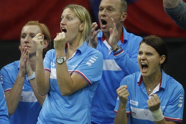 Lucie Šafářová (vpravo) povzbudzovala svoje spoluhráčky počas celého finále Pohára federácie iba z lavičky.