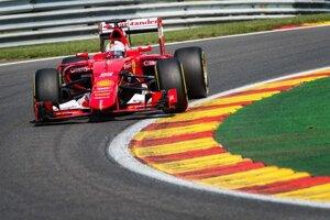 Sebastian Vettel odštartuje až z ôsmeho miesta.