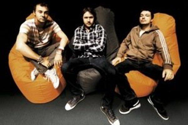 Le Payaco: zľava Tomáš Sloboda, Juraj Vitéz a Martin Stempel. V prvej zostave hral s nimi ešte gitarista Stano Petrov, dnes s nimi hráva Tomáš Vagašský zo skupiny Diego.