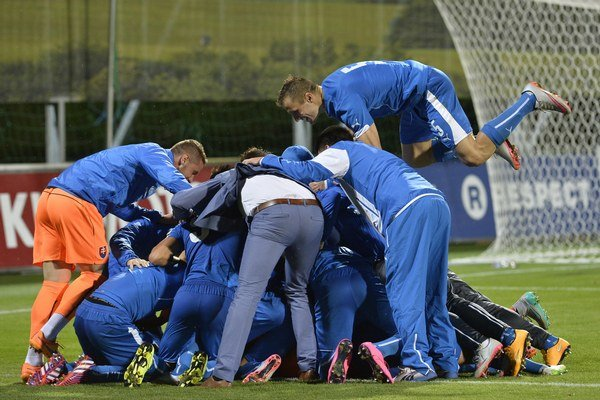 Futbalisti Slovenska oslavujú po víťazstve nad Tureckom.