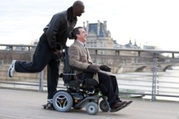 Film Nedotknuteľní sa stal vo Francúzsku spoločenskou témou. A nielen preto, že bol najúspešnejšou komédiou v histórii francúzskej kinematografie. Omar Sy za ňu vlani získal Cézara ako prvý herec čiernej pleti.