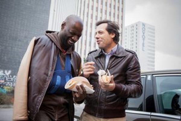 Sociologické agentúry vysvetľujú popularitu Omara Sy (vľavo) jeho radosťou zo života, nákazlivo dobrou náladou a energiou. Vo filme Nepoužiteľní (od minulého štvrtku je v našich kinách) hrá spolu s Laurentom Lafittom.