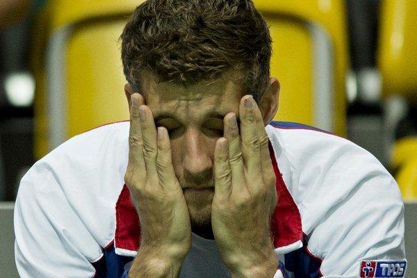 Smutný Martin Kližan po prehre tímového kolegu Norberta Gombosa v rozhodujúcom piatom zápase baráže o účasť vo svetovej skupine Davisovho pohára.