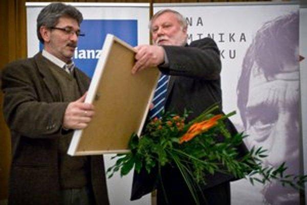 Čerstvý držiteľ Ceny Dominika Tatarku Oleg Pastier a predseda poroty Peter Zajac.