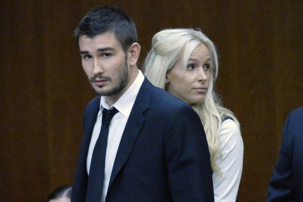 Na snímke z júla 2015 Vjačeslav Vojnov a jeho manželka Marta prichádzajú do súdnej siene v kalifornskom Torrance.
