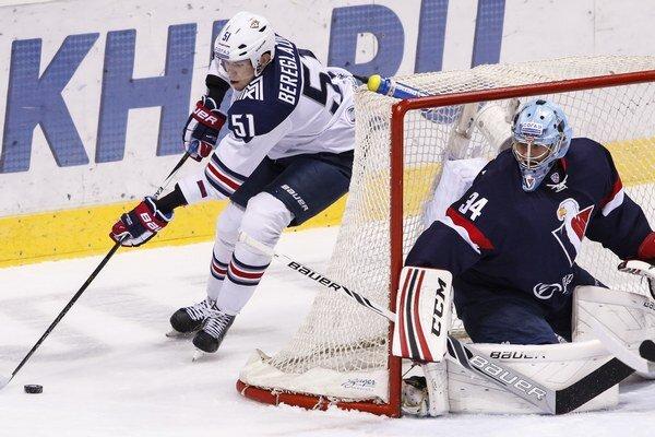 Hráč Magnitogorsku Alexej Bereglazov sa snaží spoza bránky prekvapiť brankára Slovana Michaela Garnetta.