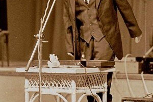 Spevák skupiny Bez ladu a skladu Michal Kaščák počas koncertu v roku 1986. Vtedy mal štrnásť rokov.