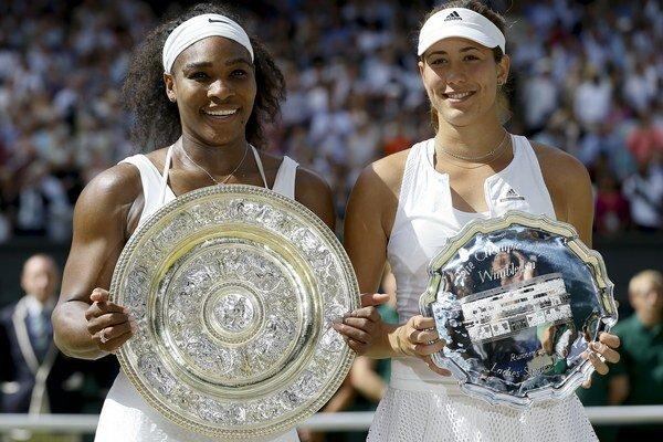 Serena Williamsová (vľavo) vyhrala vo finále Wimbledonu nad Španielkou Garbine Muguruzovou-Blancovou.