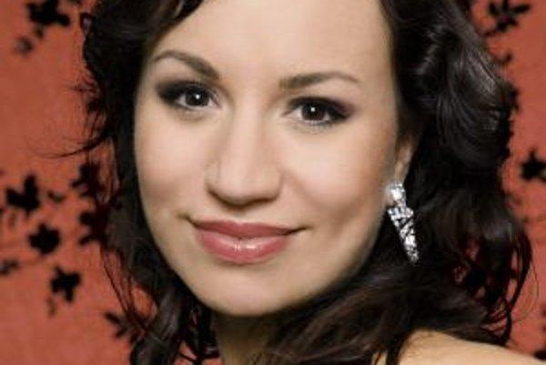 Narodila sa v roku 1980 v Bratislave, časť detstva prežila v Mongolsku. Na City University získala titul MBA, popri štúdiu si privyrábala ako vizážistka. Neskôr sa zamestnala ako obchodná manažérka, dnes pracuje v personálnej agentúre zameranej na vyhľadá