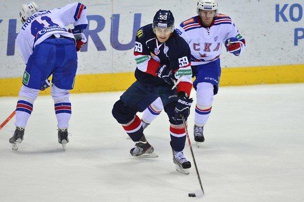 Andrej Šťastný (uprostred) rozhodol o výhre Slovana nad Ufou.