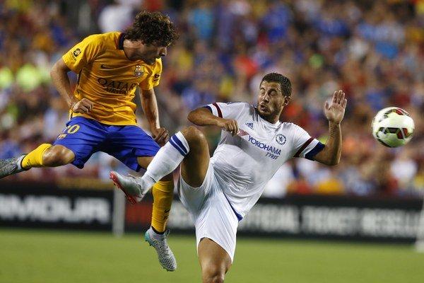 Hráč Barcelony Sergi Roberto (vľavo) bojuje o loptu s futbalistom Chelsea Edenom Hazardom.