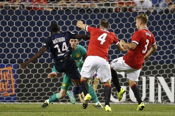 Blaise Matuidi (s číslom 14) strieľa úvodný gól do siete Manchestru United.