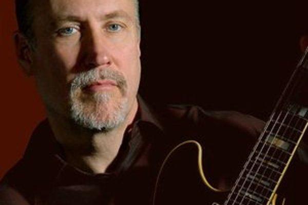 Američan John Scofield (60) patrí medzi gitaristov, ktorých rozoznáte po pár sekundách. Zviditeľnil sa v 80. rokoch po boku Milesa Davisa, hral aj s ďalšími výraznými osobnosťami. Jeho meno nájdete na vyše stovke rôznych albumov.