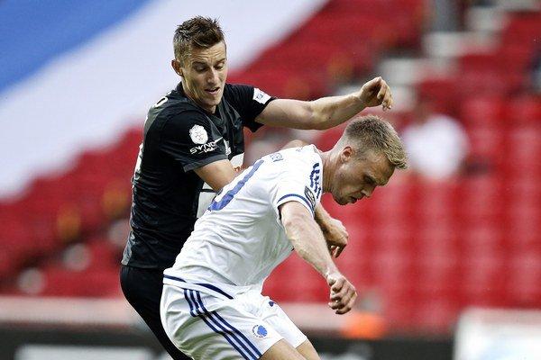 Ján Greguš (vľavo) zvádza súboj s futbalistom Kodane Nicolaiom Jorgensenom.