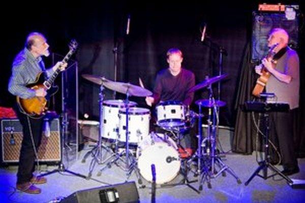 Trio hviezdnych hudobníkov: zľava John Scofield, Bill Stewart a Steve Swallow.