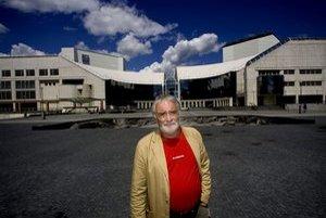 Marián Chudovský (53) pred Slovenským národným divadlom. V minulosti tam niekoľko rokov pôsobil ako riaditeľ Opery a ako režisér, od januára do júna 2006 bol dočasne poverený vedením celého divadla. Zúčastnil sa na štyroch konkurzoch.