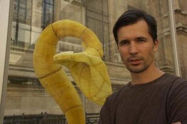 Tomáš Gabzdil Libertíny (1979)  absolvoval magisterské štúdium na Design Academy Eindhoven v Holandsku. V roku 2009 získal cenu The Designer of The Future na Art Basel, najprestížnejšom komerčnom veľtrhu s umením. Jeho diela sú v zbierkach MoMA v New