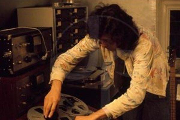 Jeden z najvplyvnejších gitaristov na svete po dlhej pauze opäť vydáva album. Ide o skladby, s ktorými sa začiatkom 70. rokov pohrával v domácom štúdiu.