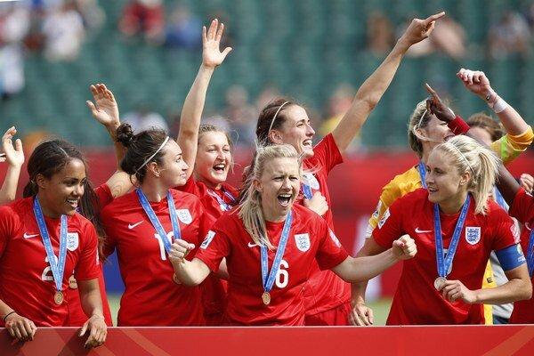 Futbalistky Anglicka sa tešia zo zisku bronzových medailí.