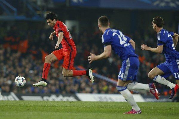 Javiera Pastoreho (vľavo) márne stíhajú dvaja hráči Chelsea v zápase osemfinále Ligy majstrov.